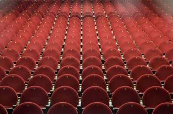 sillas-rojas-en-el-teatro_23-5